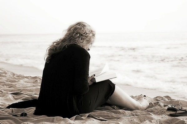 Body-Renewer-ZEN-Missing-Nutrients-woman-taking-time-out-to-read-on-the-beach